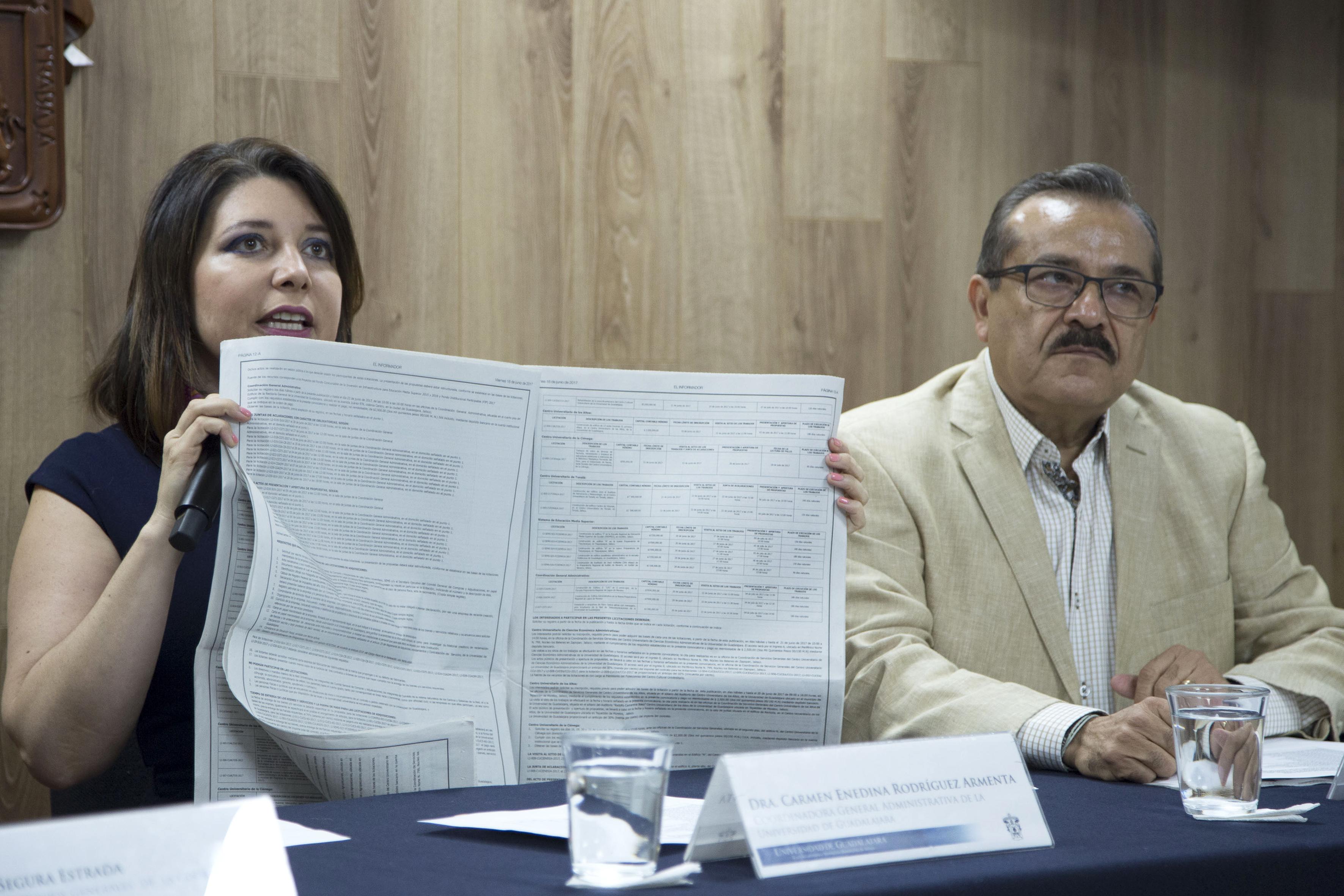 Doctora Carmen Enendina Rodriguez Armenta mostrando seccion de obras publicas del periodico informador