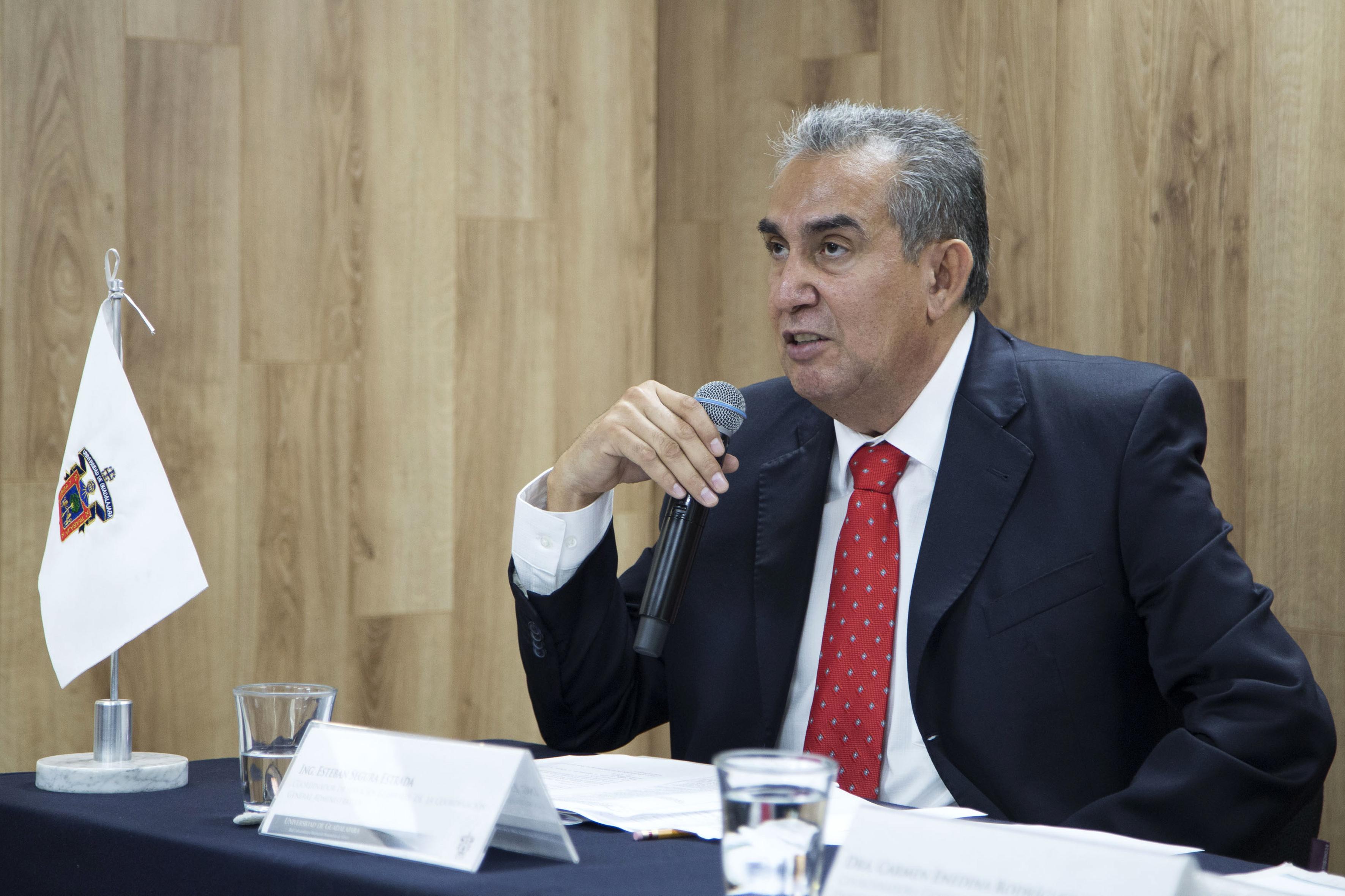 Ingeniero Esteban Segura Estrada haciendo uso de la palabra