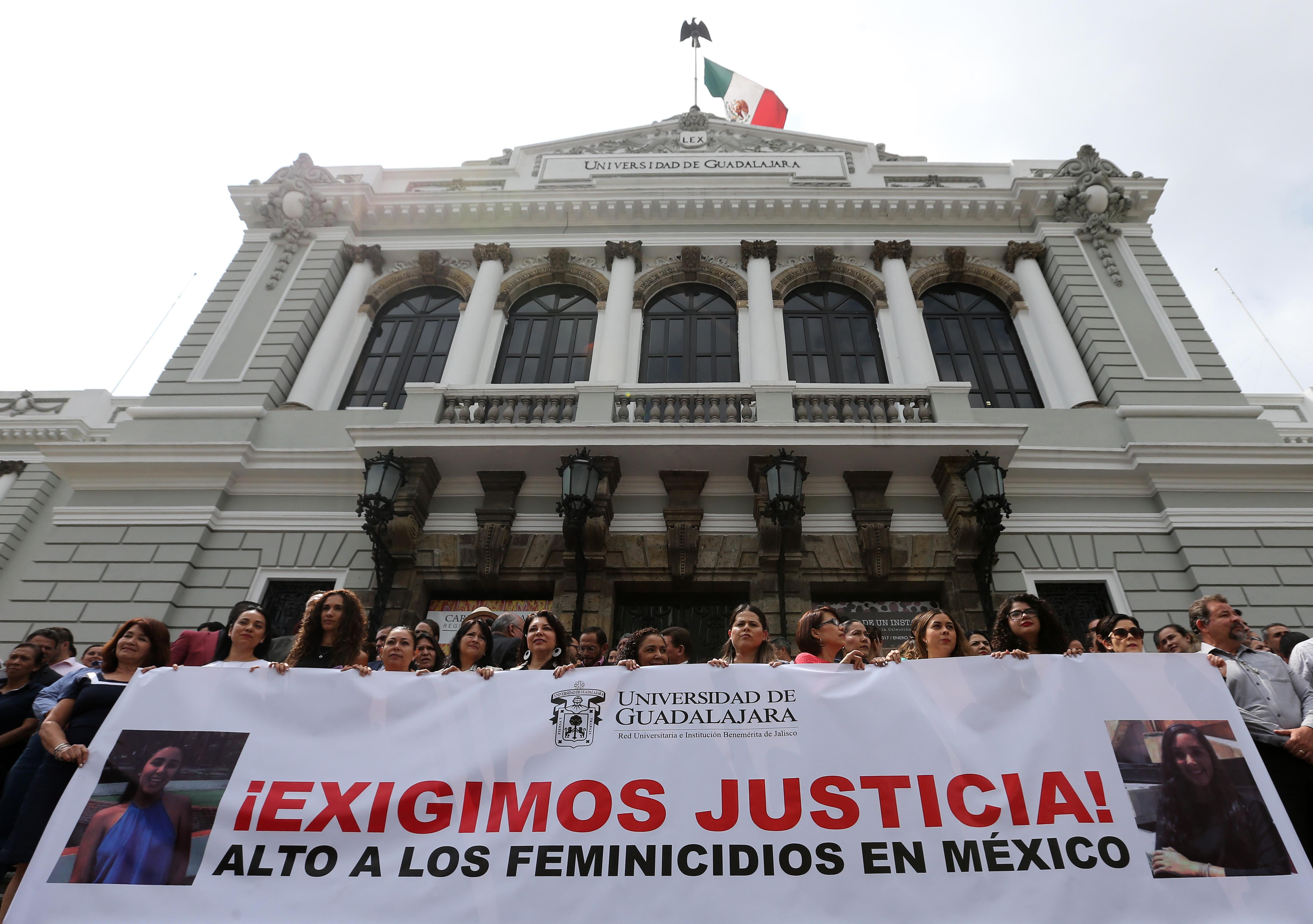 Integrantes de la comunidad universitaria afuera del MUSA, exigiendo justicia y un alto a los feminicidios en México.