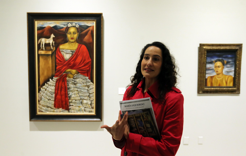 La directora del MUSA maestra Maribel Arteaga Garibay en la sala de exposicion de la obra