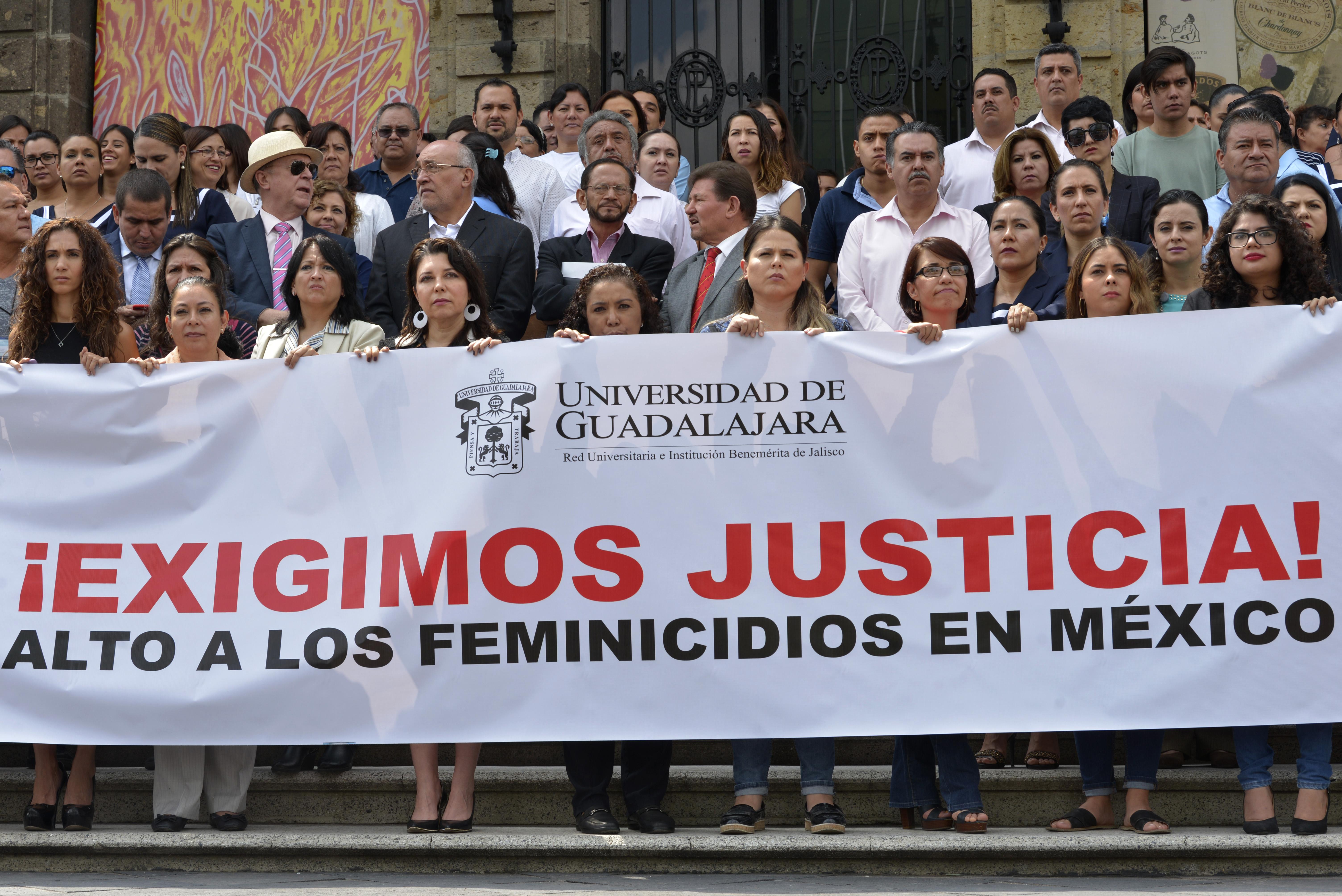 Integrantes de la comunidad universitaria afuera del MUSA, exigiendo justicia para Mara Fernanda Castilla Miranda.