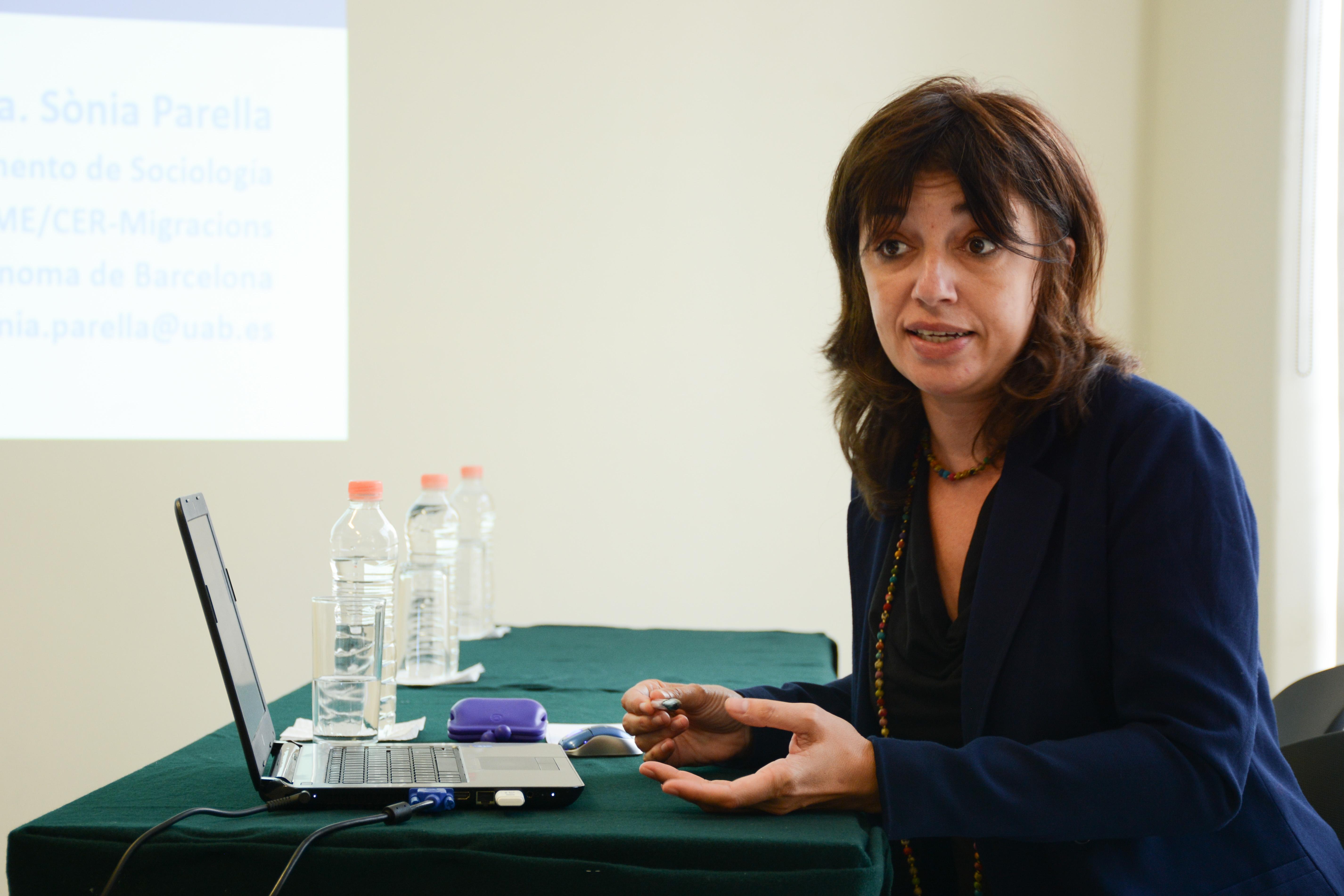 Doctora Sònia Parella Rubio, académica de la Universidad Autónoma de Barcelona, impartiendo una conferencia sobre políticas de migración de retorno en UDGVirtual.