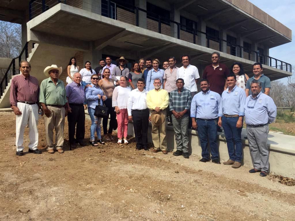 Autoridades universitarias en el nuevo módulo dependiente del Centro Universitario de la Costa (CUCosta), el cual inició en su primera etapa con una inversión superior a los 60 millones de pesos.