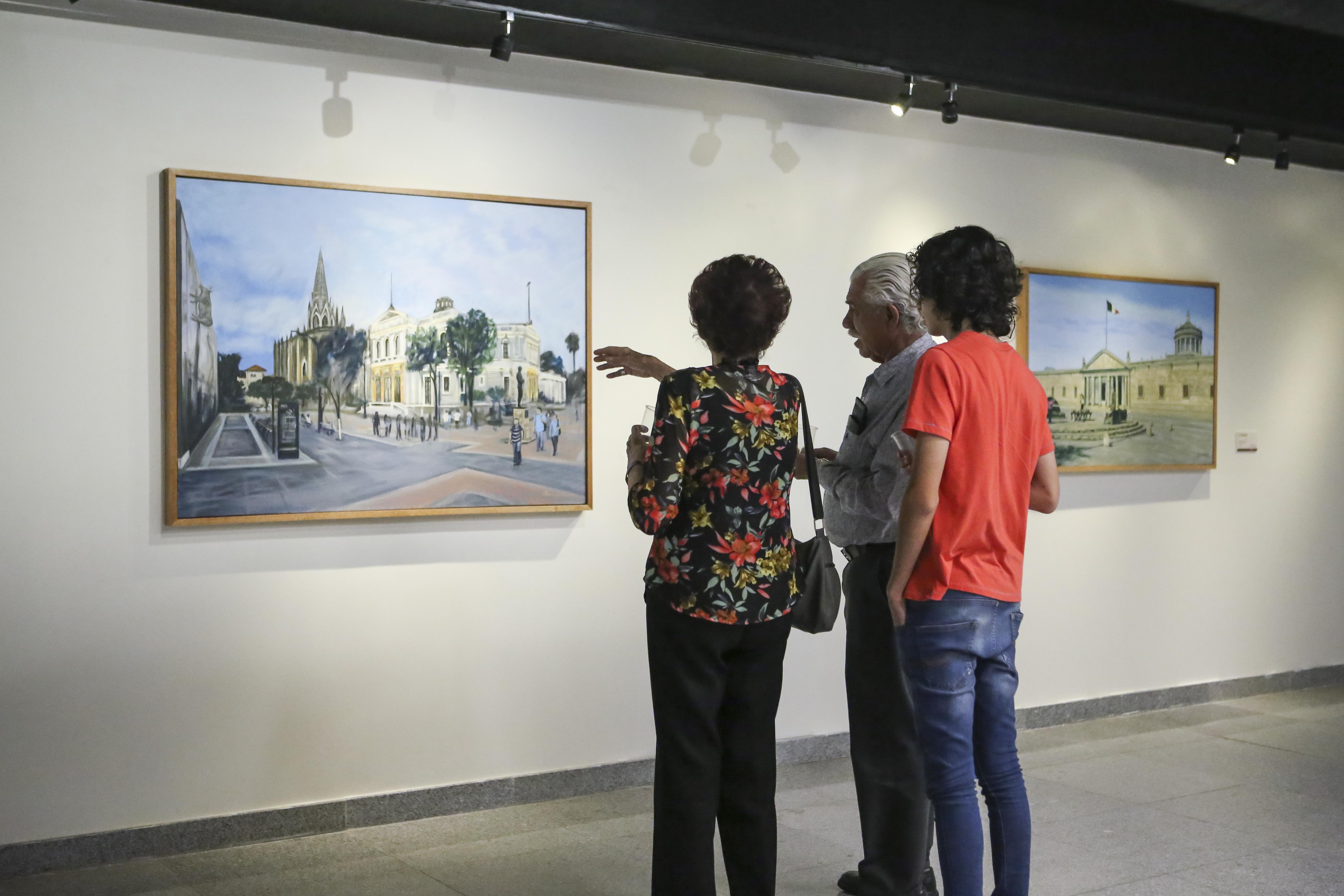 Asistentes a la Biblioteca Pública del Estado de Jalisco (BPEJ) Juan José Arreola, disfrutando de la exposición.
