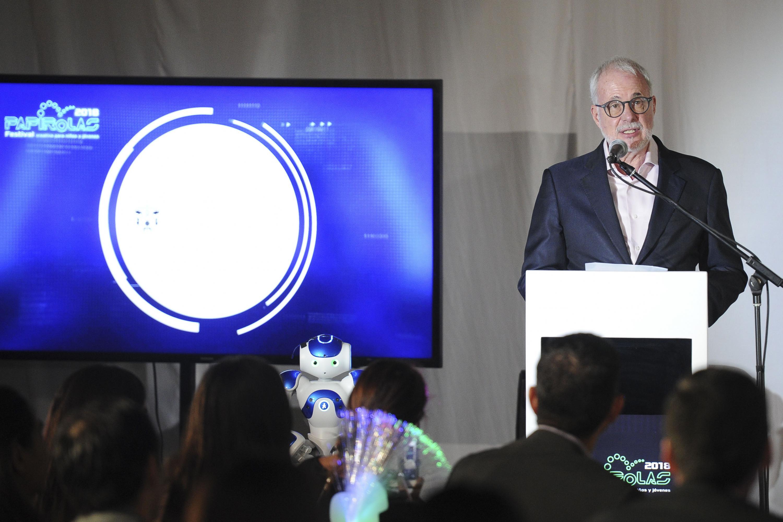 El licenciado Raúl Padilla López, Presidente del Comité Organizador de Papirolas y Presidente de la Fundación Universidad de Guadalajara, haciendo uso de la palabra.