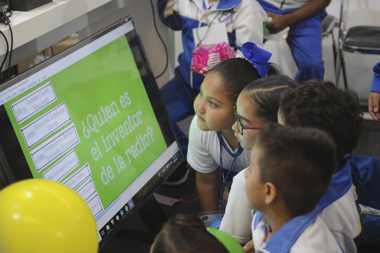 Niños en los talleres interactivos que ofrece el Festival Papirolas 2018.
