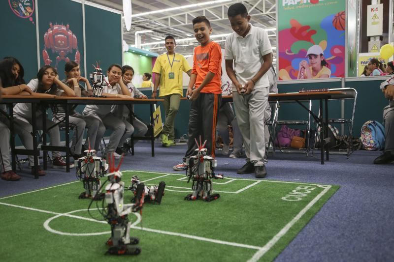 Jovenes realizando actividades en Papirolas 2017