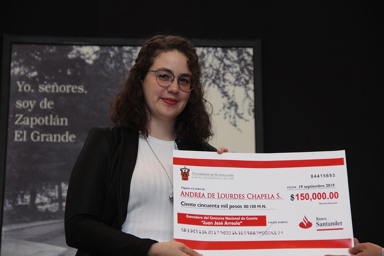 La ganadora del Concurso Nacional de Cuento Juan José Arreola, Andrea de Lourdes Chapela Saavedra recibió la tarde de este jueves el reconocimiento y los 150 mil pesos