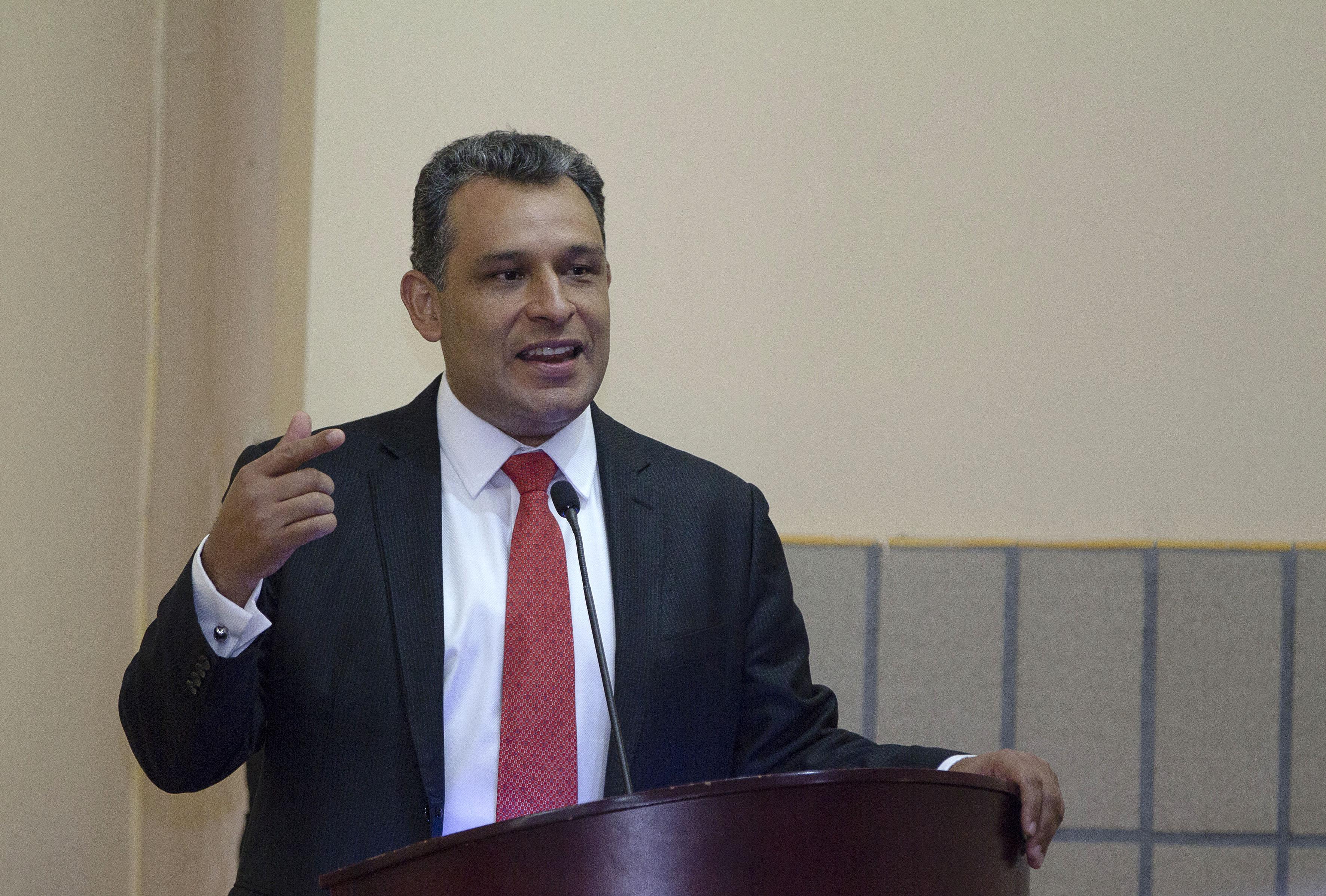 Felipe de Jesús Álvarez Cibrián, titular de la Comisión Estatal de Derechos Humanos de Jalisco Impartiendo conferencia.