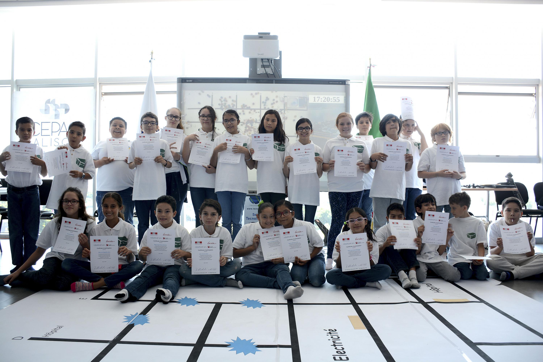 """Alumnos del Colegio Franco Mexicano, mostrando su diploma de participación del encuentro de robótica """"R2T2 Operation Richter"""