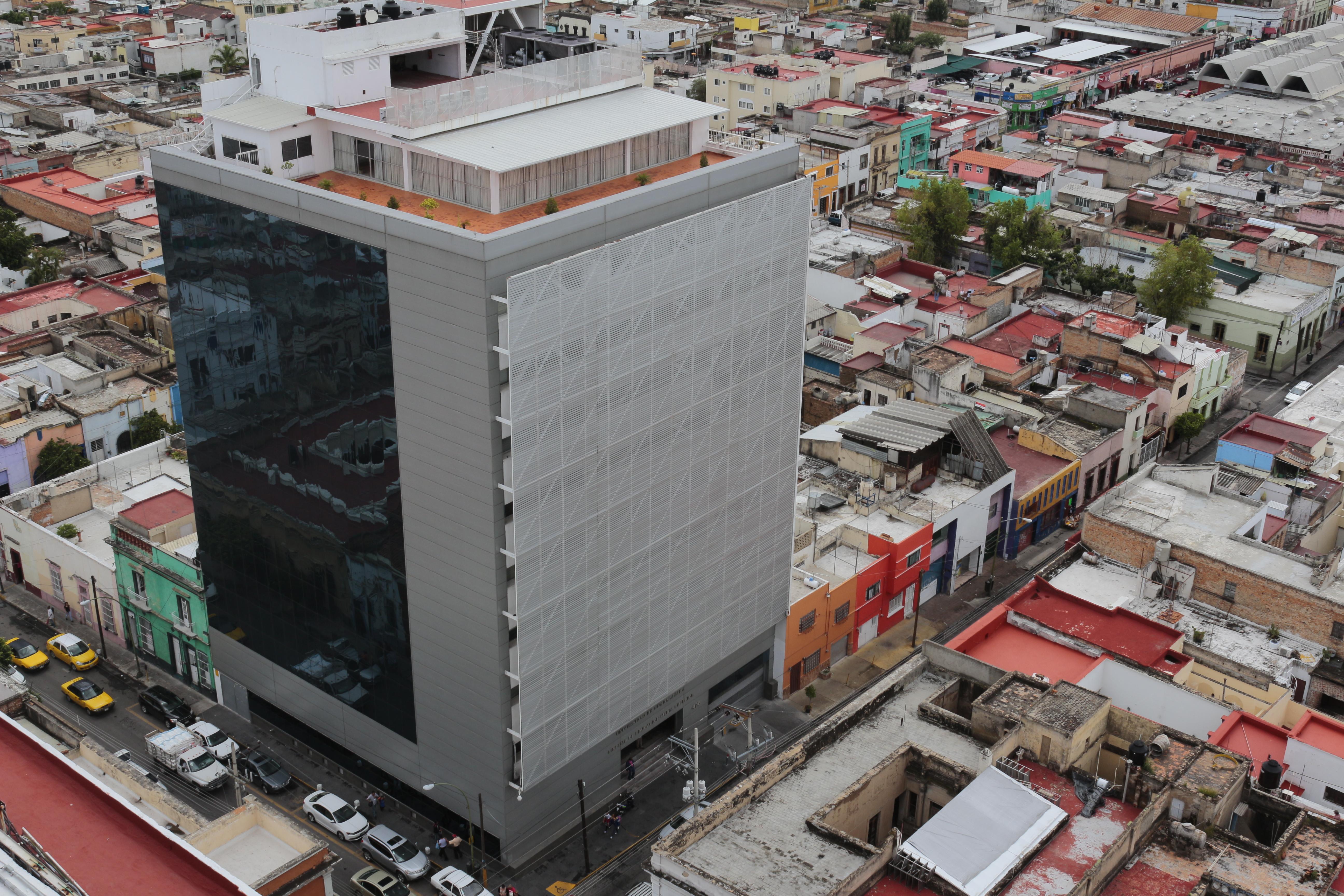 Vista aérea del edificio del Sistema de Educación Media Superior de la Universidad de Guadalajara.