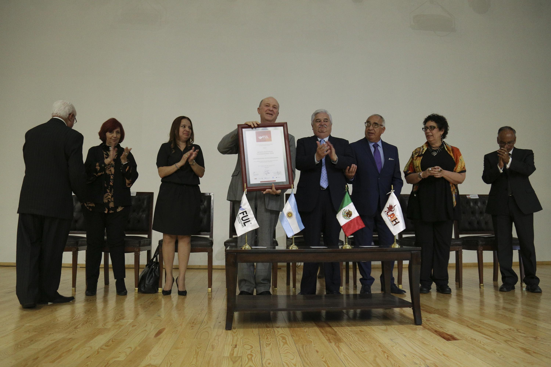 Rector General de la UdeG, doctor Miguel Ángel Navarro Navarro, mostrando reconocimiento