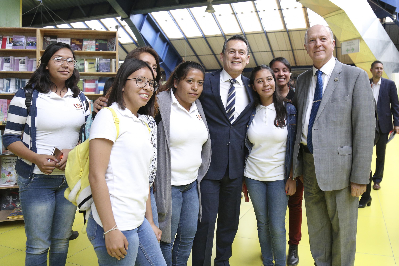 Rector General de la UdeG, doctor Miguel Ángel Navarro Navarro, posando para la fotografía junto a asistente a la FUL