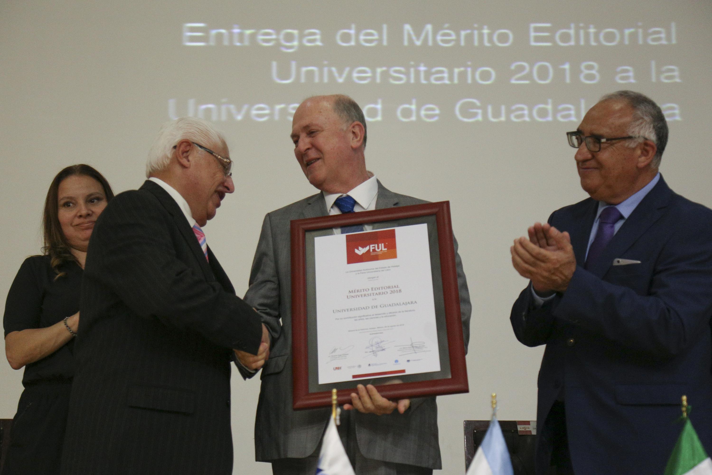 Rector General de la UdeG, doctor Miguel Ángel Navarro Navarro, recibiendo reconocimiento al Mérito Editorial Universitario 2018 por parte de la Universidad Autónoma del Estado de Hidalgo (UAEH),