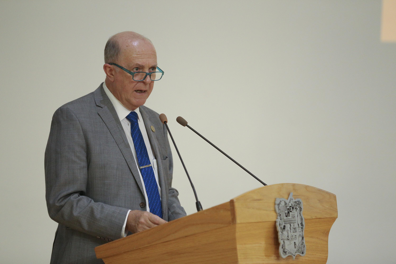 Rector General de la UdeG, doctor Miguel Ángel Navarro Navarro, haciendo uso de la palabra durante la ceremonia que tuvo lugar en Pachuca, Hidalgo,