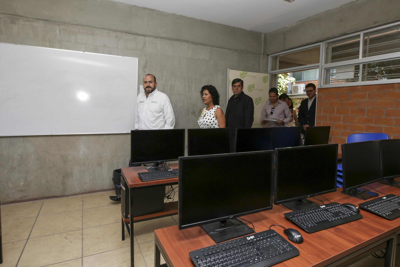 Autoridades universitarias entrando a un laboratorio de computo de la Preparatoria 13