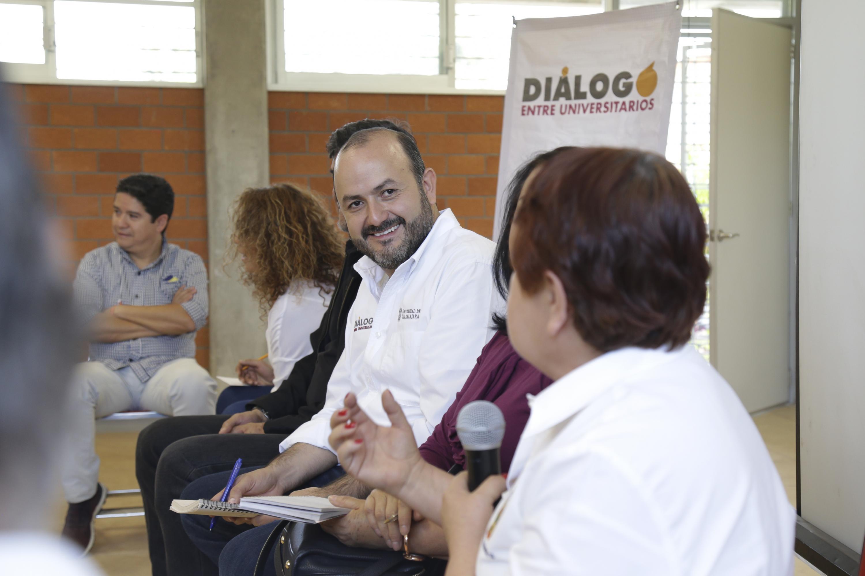 El Rector General de la Universidad de Guadalajara (UdeG), doctor Ricardo Villanueva Lomelí, escuchando a un trabajador de la Preparatoria 13