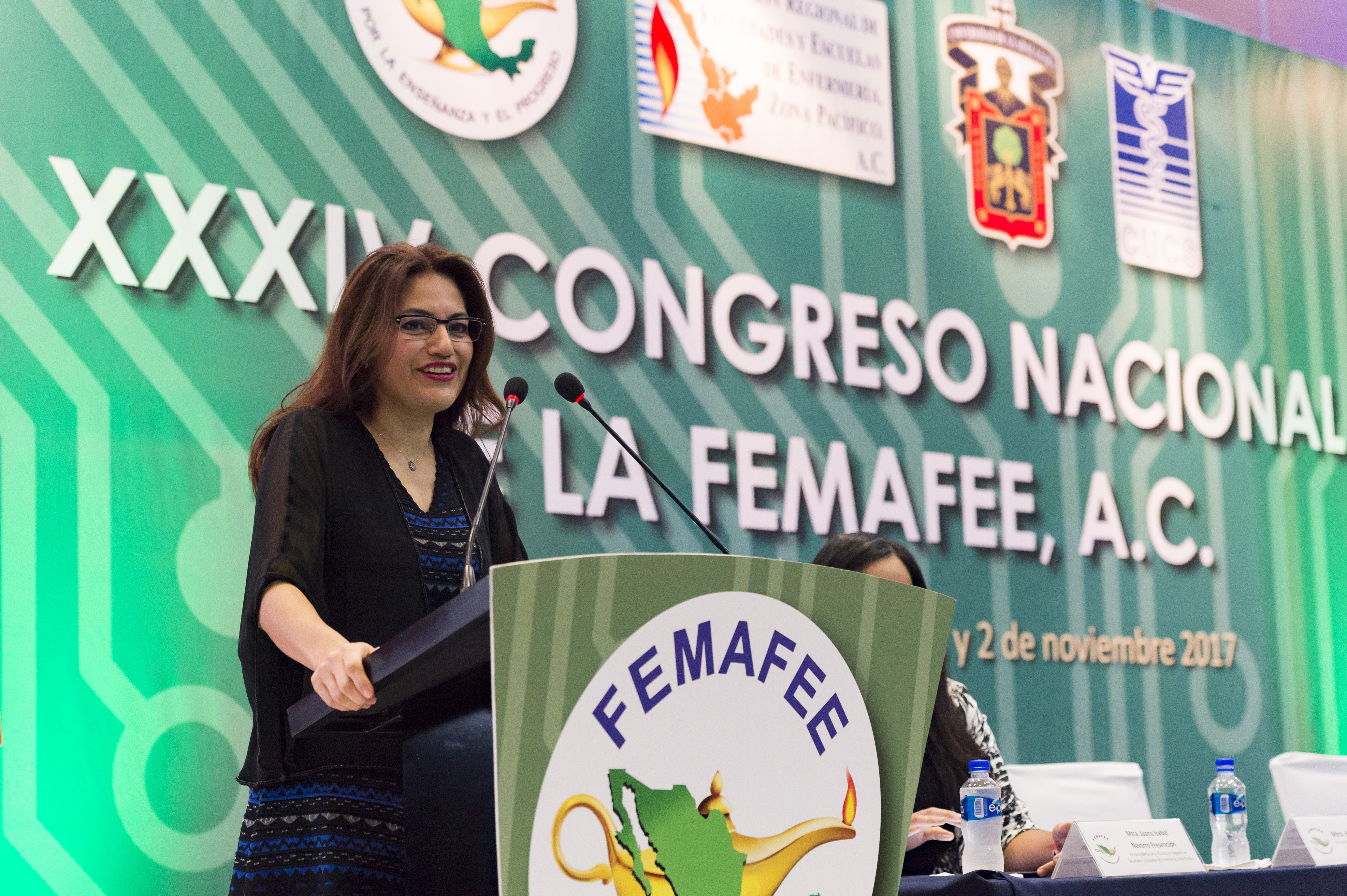 Doctora Patricia Rosas Chávez, coordinadora de Innovación Educativa y Pregrado de la Universidad de Guadalajara, impartiendo conferencia.