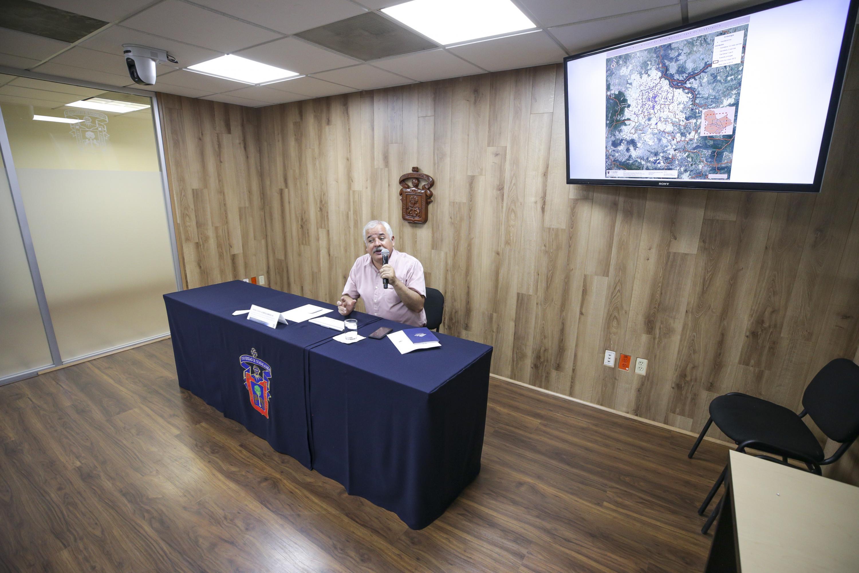 Maestro Luis Valdivia Ornelas, Coordinador de la Licenciatura en Geografía del Centro Universitario de Ciencias Sociales y Humanidades (CUCSH), dictando conferencia de prensa