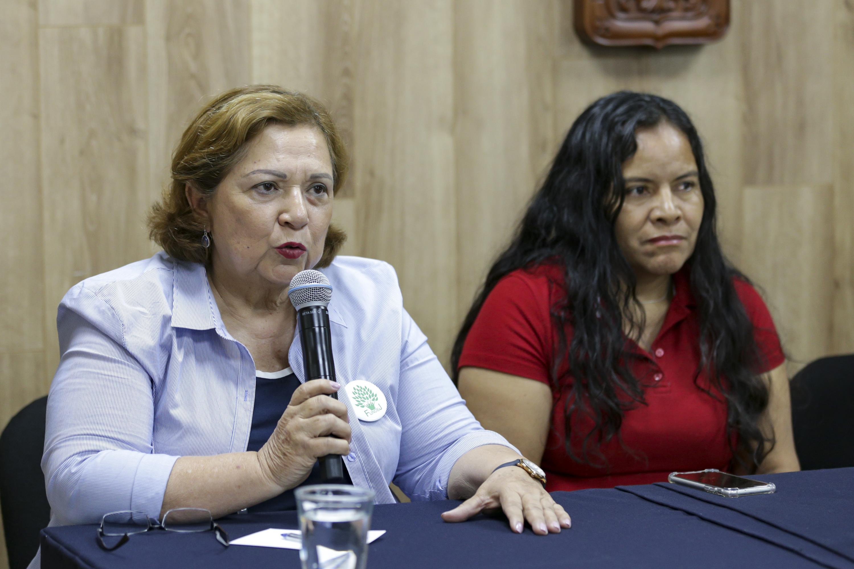 Guadalupe Aguilar, miembro de FUNDEJ, participando en rueda de prensa