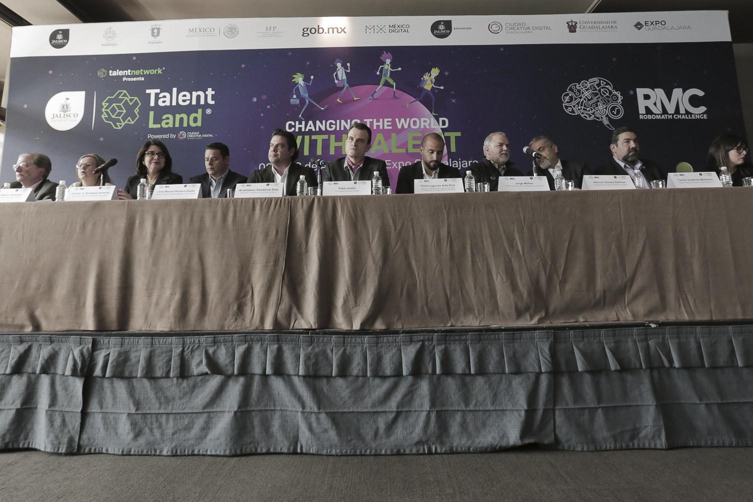 11 representantes y  funcionarios estuvieron en la mesa de presentación