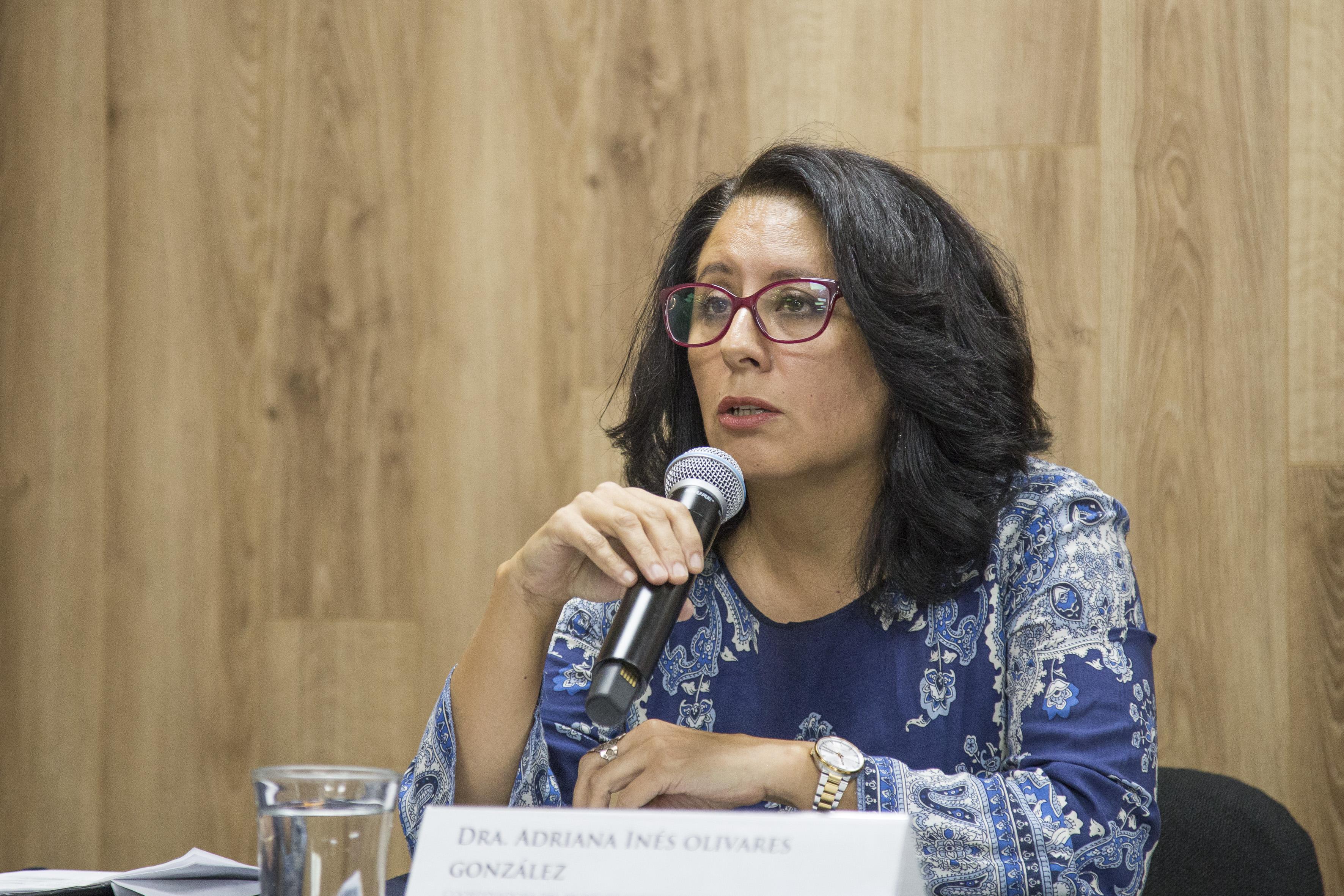 Doctora Adriana Inés Olivares González,coordinadora del Proyecto Movilidad y Espacio Público, del Centro Universitario de Arte, Arquitectura y Diseño (CUAAD), con micrófono en mano, haciendo uso de la palabra, durante rueda de prensa.