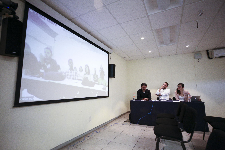 Periodistas especializados en cobertura de seguridad, conflictos armados y posconflictos, participando en conferencia.