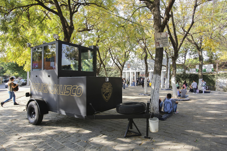 Caseta movil  de la policia estatal de Jalisco a las afueras de la preparatoria 4