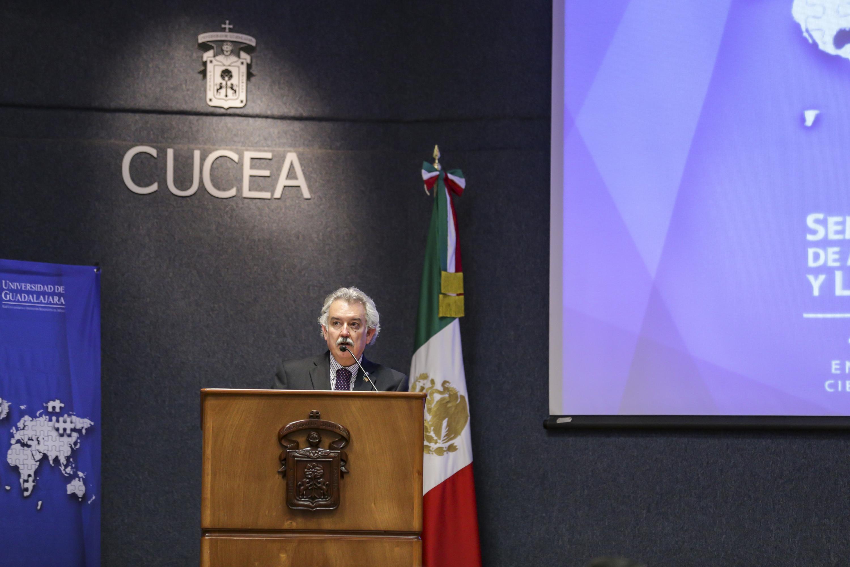 Ingeniero José Rosalio Muñoz Castro, Director General de Educación Superior Investigación y Posgrado de la Secretaría de Innovación, Ciencia y Tecnología, del Estado de Jalisco, frente al podio haciendo uso de la voz