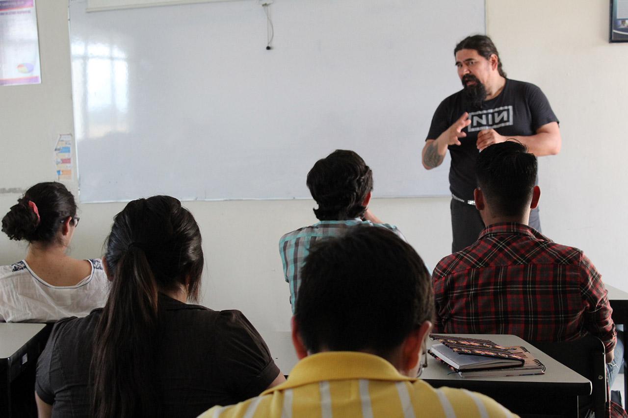 Estudiantes y profesionales asistentes, participando en el taller.