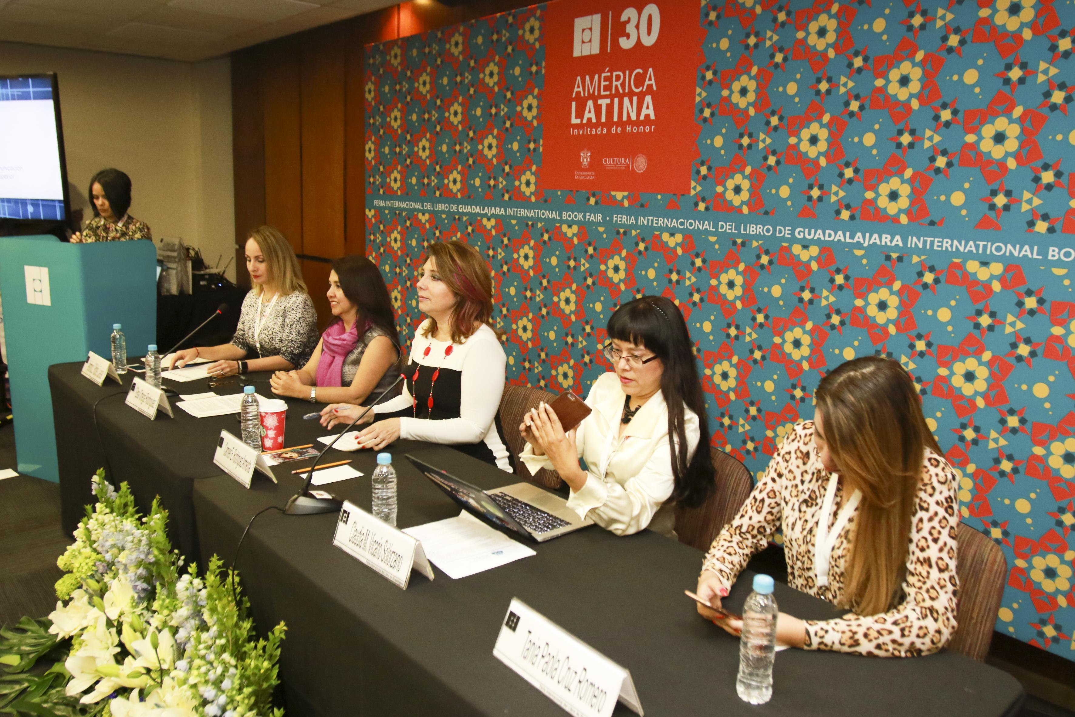 """Mujeres Ingenieras y miembros del presidium, participando en el Panel """"El rumbo de las TIC en la educación, gestión y gobierno"""", en el marco de la Feria Internacional del Libro"""