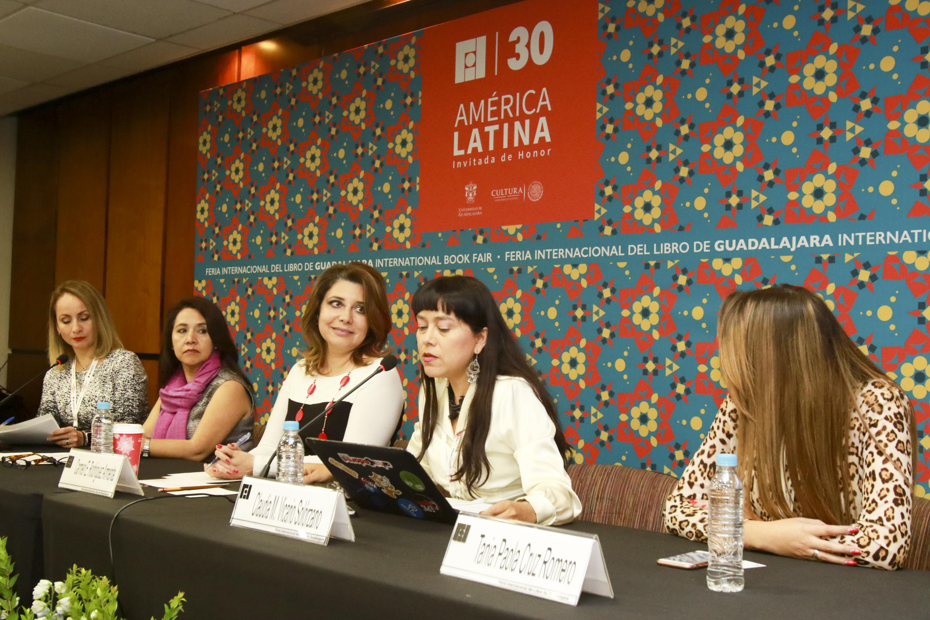 Doctora Claudia Marina Vicario Solórzano, Investigadora del Instituto Politécnico Nacional y Coordinadora de la Red Late México de la (CUDI), frente al micrófono