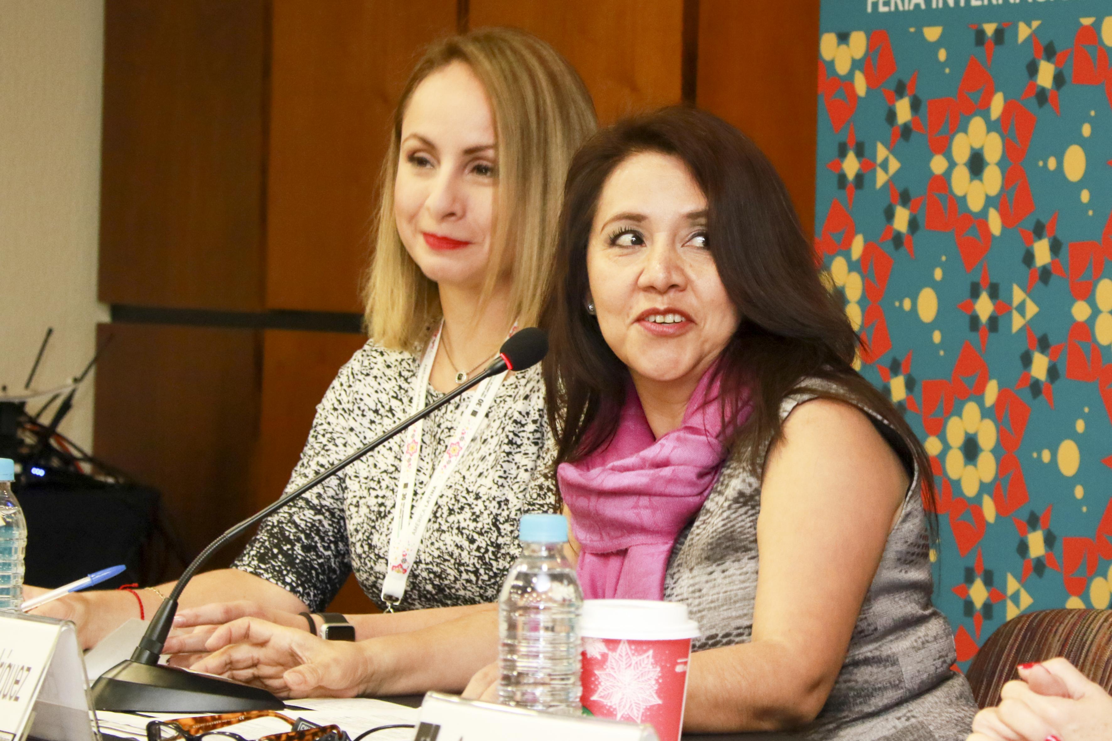 Maestra Elsa Ortega Rodríguez, Directora general de Tecnologías de Información de la Universidad Veracruzana, frente al micrófono