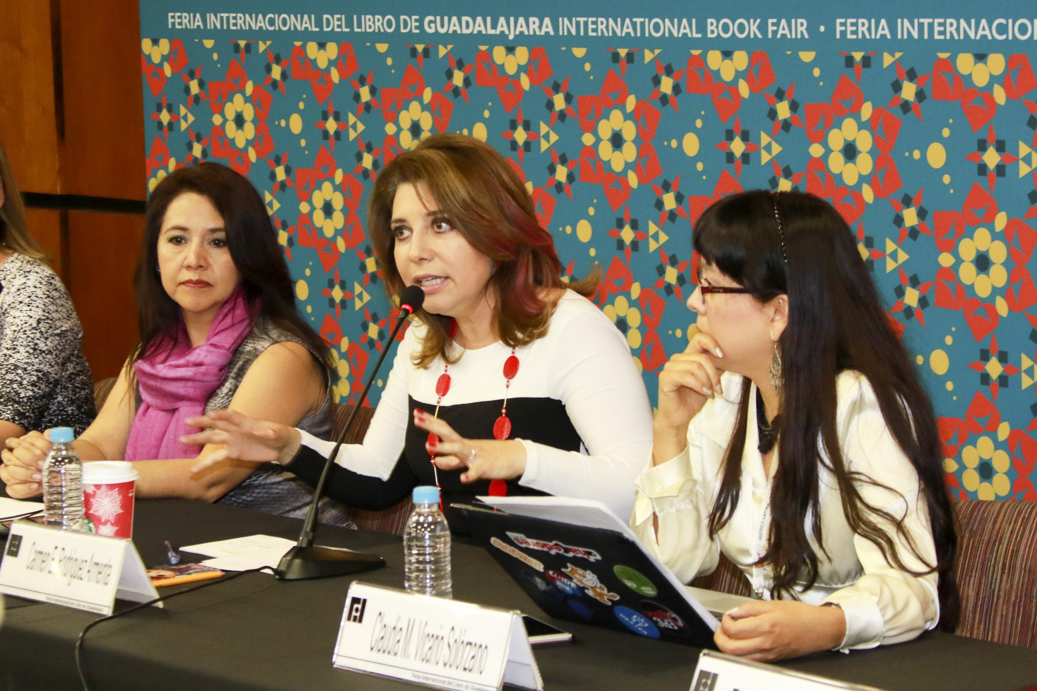 """Doctora Carmen Enedina Rodríguez Armenta, Coordinadora general administrativa de la UdeG y Directora general de la Instancia Coordinadora Nacional del programa """"México Conectado"""" de la SCT, haciendo uso de la palabra"""