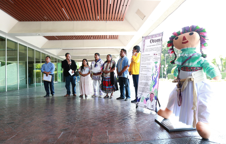 Autoridades universitarias y representantes de pueblos originarios inauguran muestra de muñecas