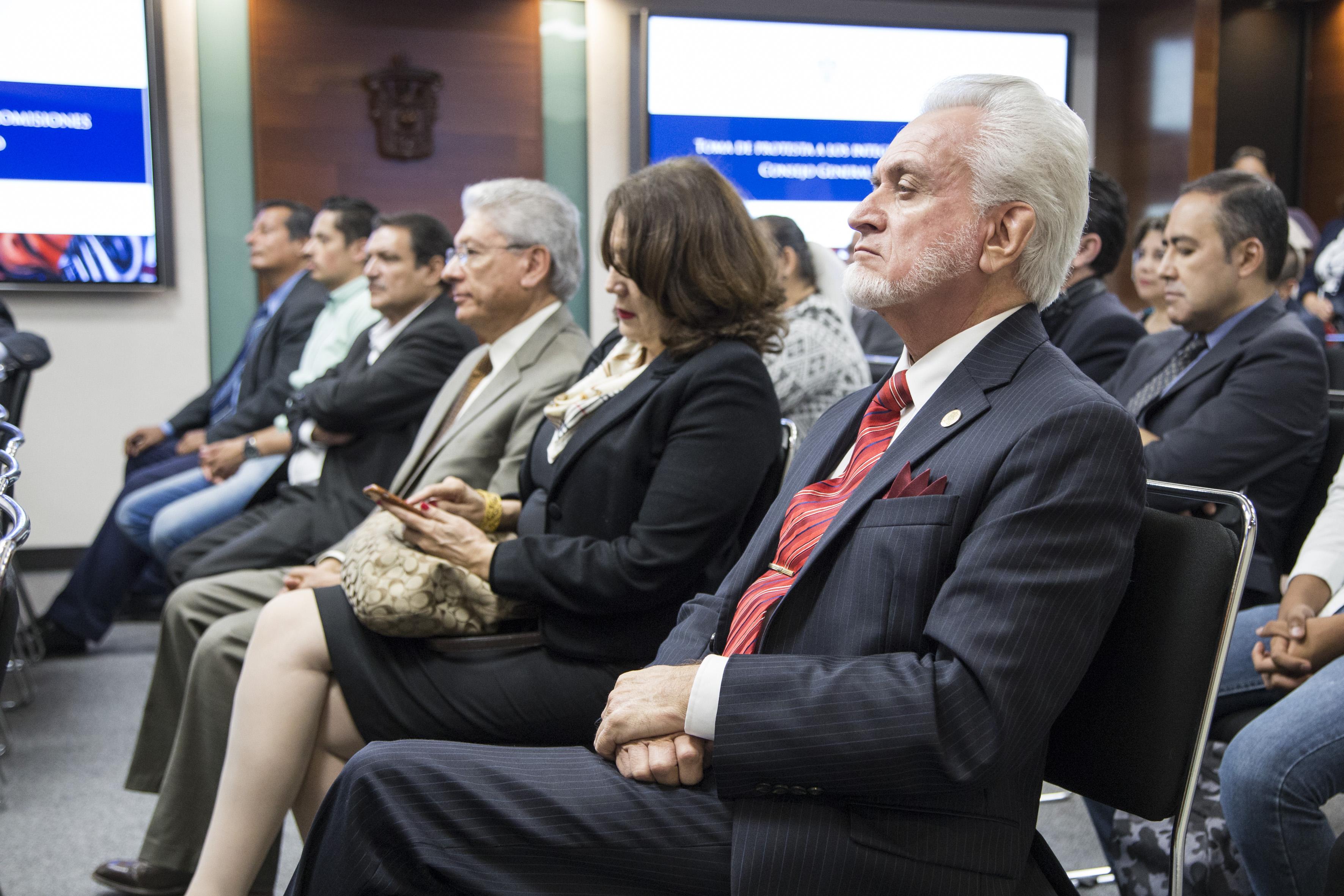 Mtro. José Manuel Jurado Parres, directivo del SEMS (Preparatoria 5) participando en la toma de protesta de los consejeros electos