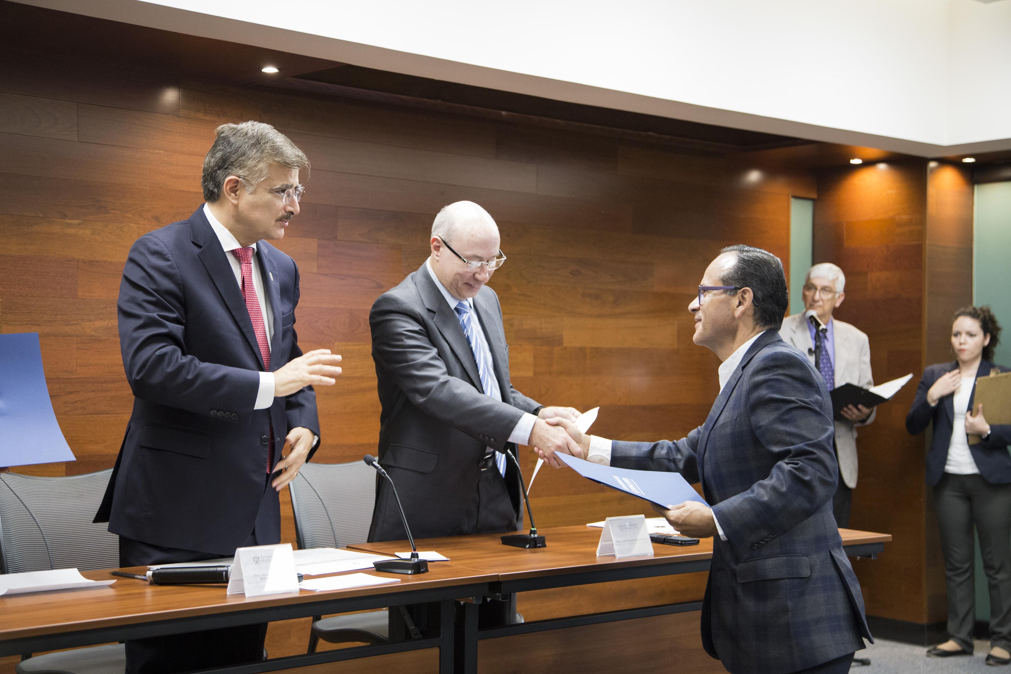 Dr. Héctor Raúl Pérez Gómez, académico del Centro Universitario de Ciencias de la Salud (CUCS) recibiendo constancia