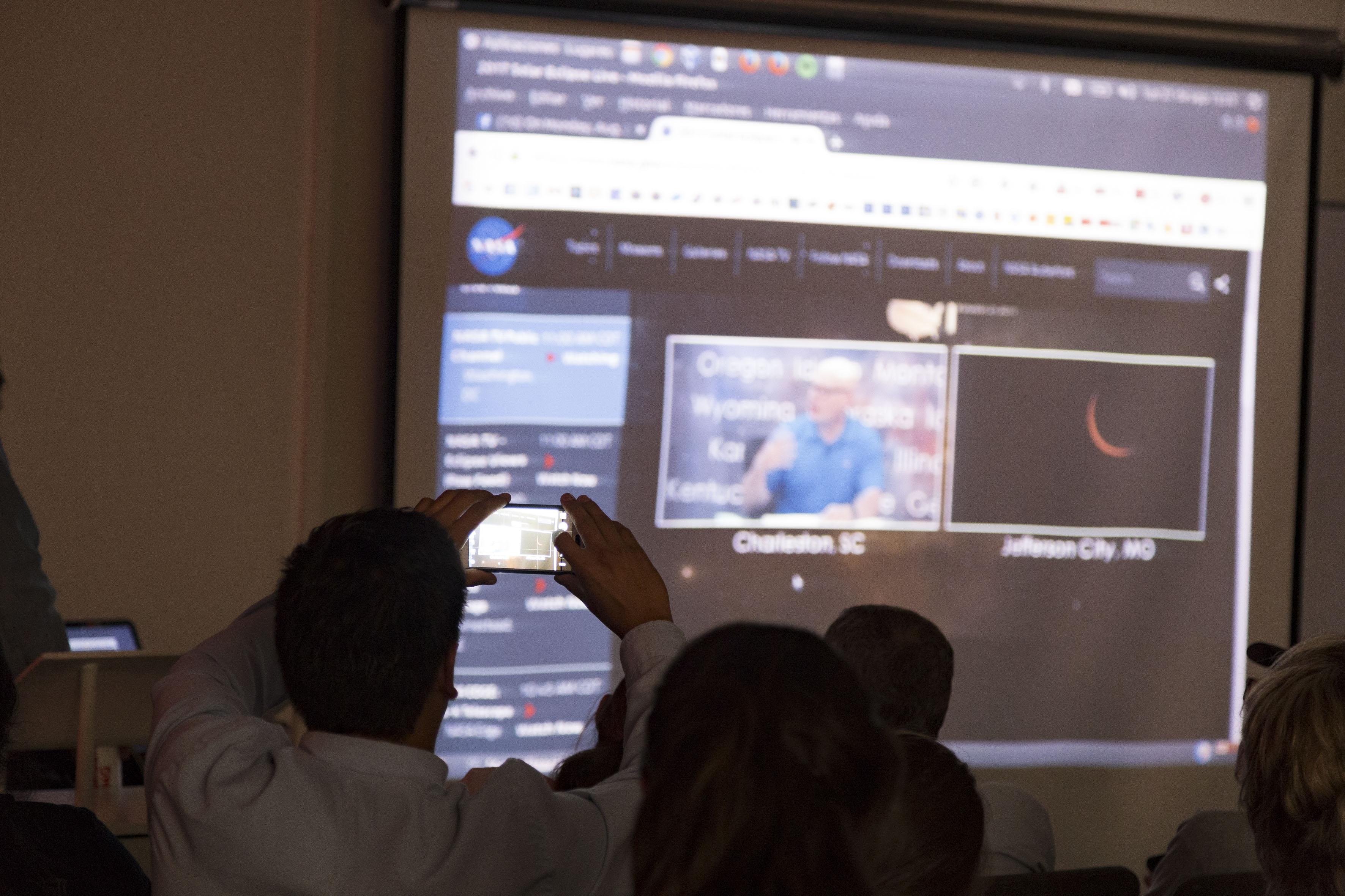 Visitantes al Instituto de Astronomía y Meteorología (IAM) de la UdeG observando el eclipse solar