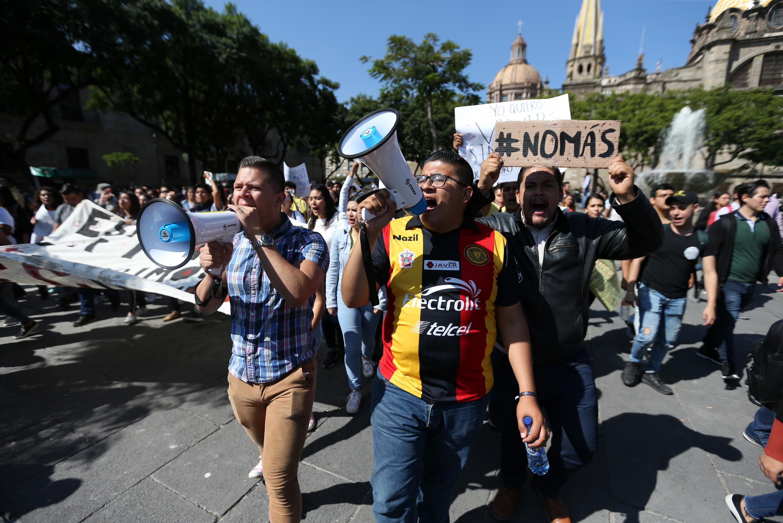 Estudiantes usando magna voces para anunciar sus consignas en la marcha