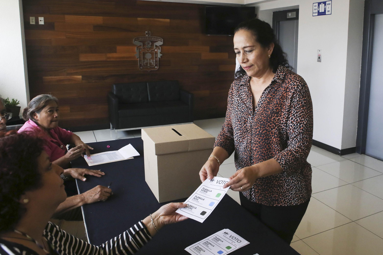 Trabajadora universitaria sindicalizada, en la jornada electoral para elegir Secretario General del SUTUdeG