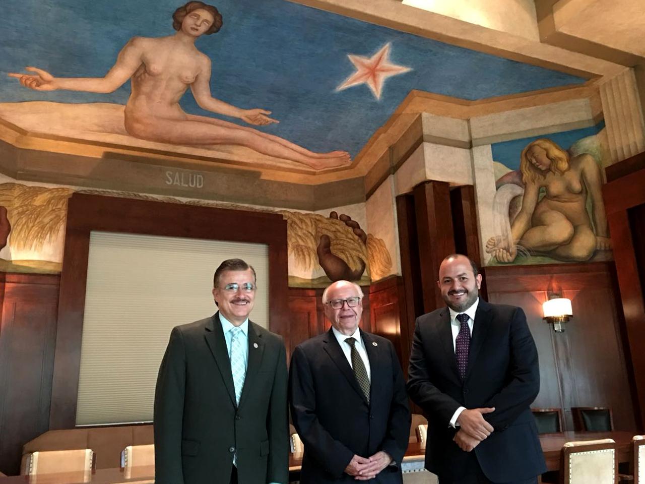 Maestro Tonatiuh Bravo Padilla, Dr. JoseNarro Robles y el doctor Ricardo Villanueva Lomelí posaron a la camara