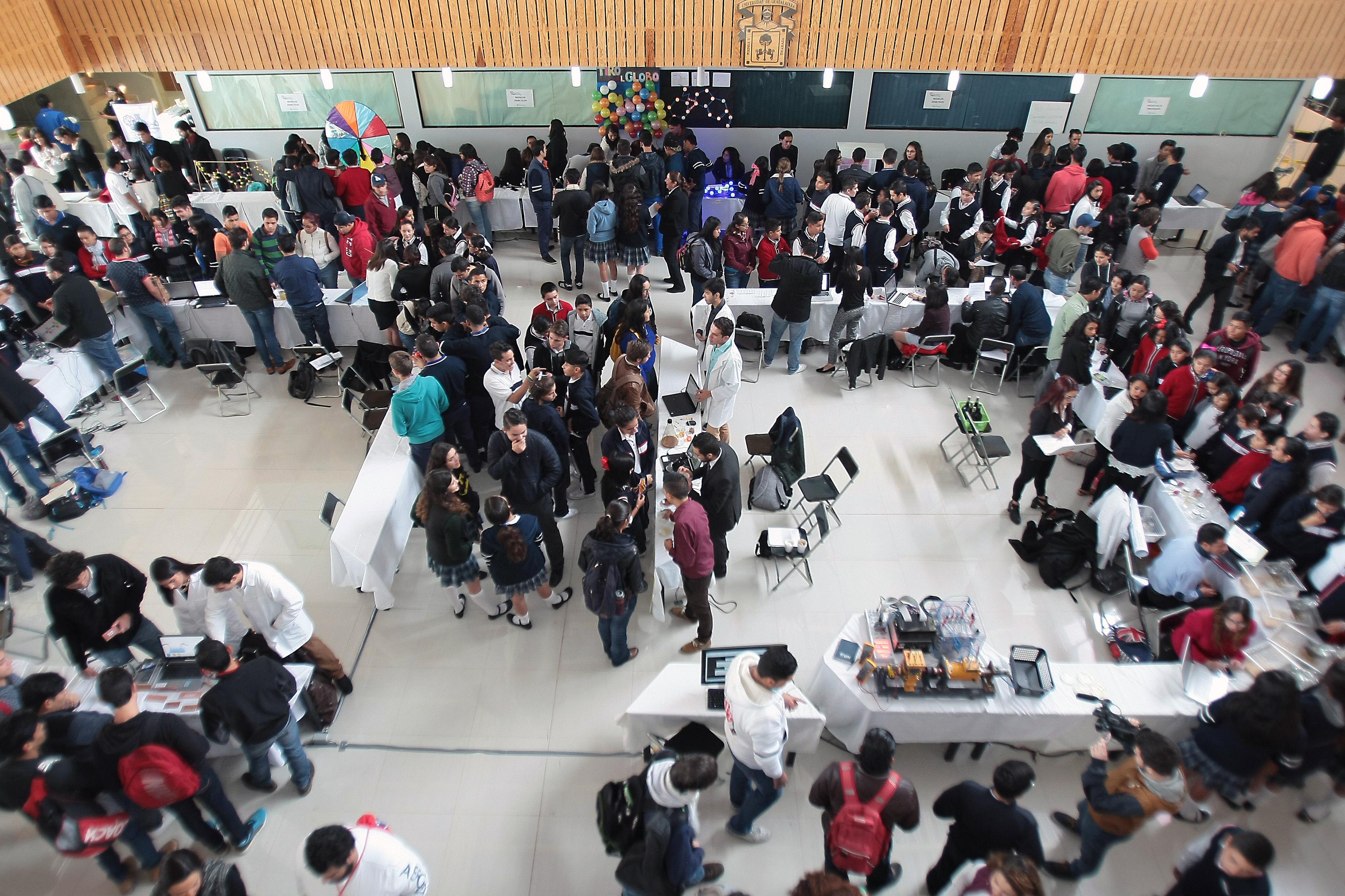 Vista panorámica, de la XVII Feria de la Ciencia, llevada a cabo en el Centro Universitario de los Lagos.