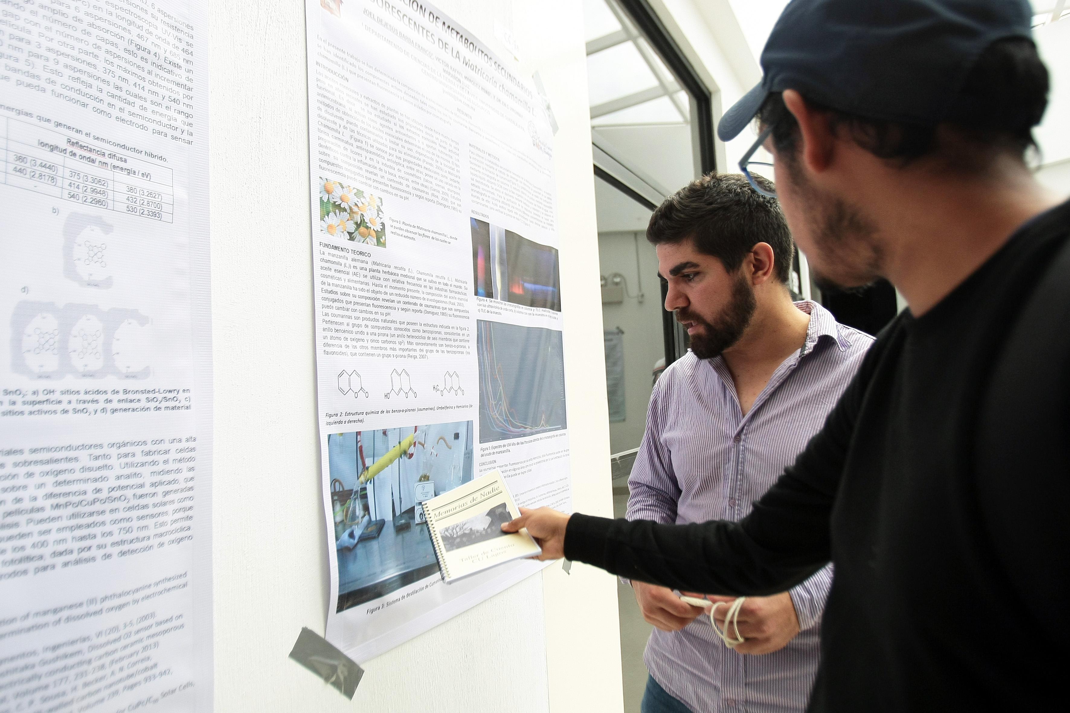 Estudiantes de CULagos, observando los resultados de una investigación científica en el área de Química, expuesta durante la XVII Feria de la Ciencia, en el entro Universitario.