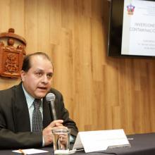 Doctor Hermes Ulises Ramírez Sánchez, director del Instituto de Astronomía y Meteorología (IAM), de la Universidad de Guadalajara (UdeG), con micrófono en mano, haciendo uso de la palabra.