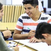 Alumnos de bachillerato interactuando en un aula