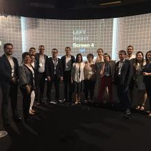 Foto grupal de la delegacion universitaria en un estudio de video
