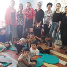 Alumnos del Centro Universitario de Arte, Arquitectura y Diseño (CUAAD), interactuando con los niños de una estancia