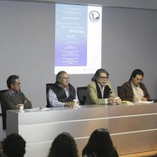 """El caricaturista Manuel Falcón y José Luis Martínez, Director del suplemento cultural """"Laberinto"""", ofreciendo una charla a alumnos del CUAAD."""