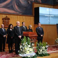 Autoridades de la Universidad de Guadalajara hacen guardia de honor junto al féretro de Fernando del Paso