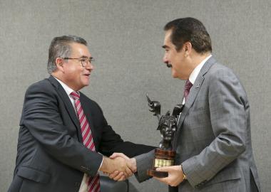 El Rector de la UP, doctor José Antonio Esquivias entrega la estafeta de la presidencia Premio Jalisco de Periodismo al rector de la UAG, Antonio Leaño Reyes